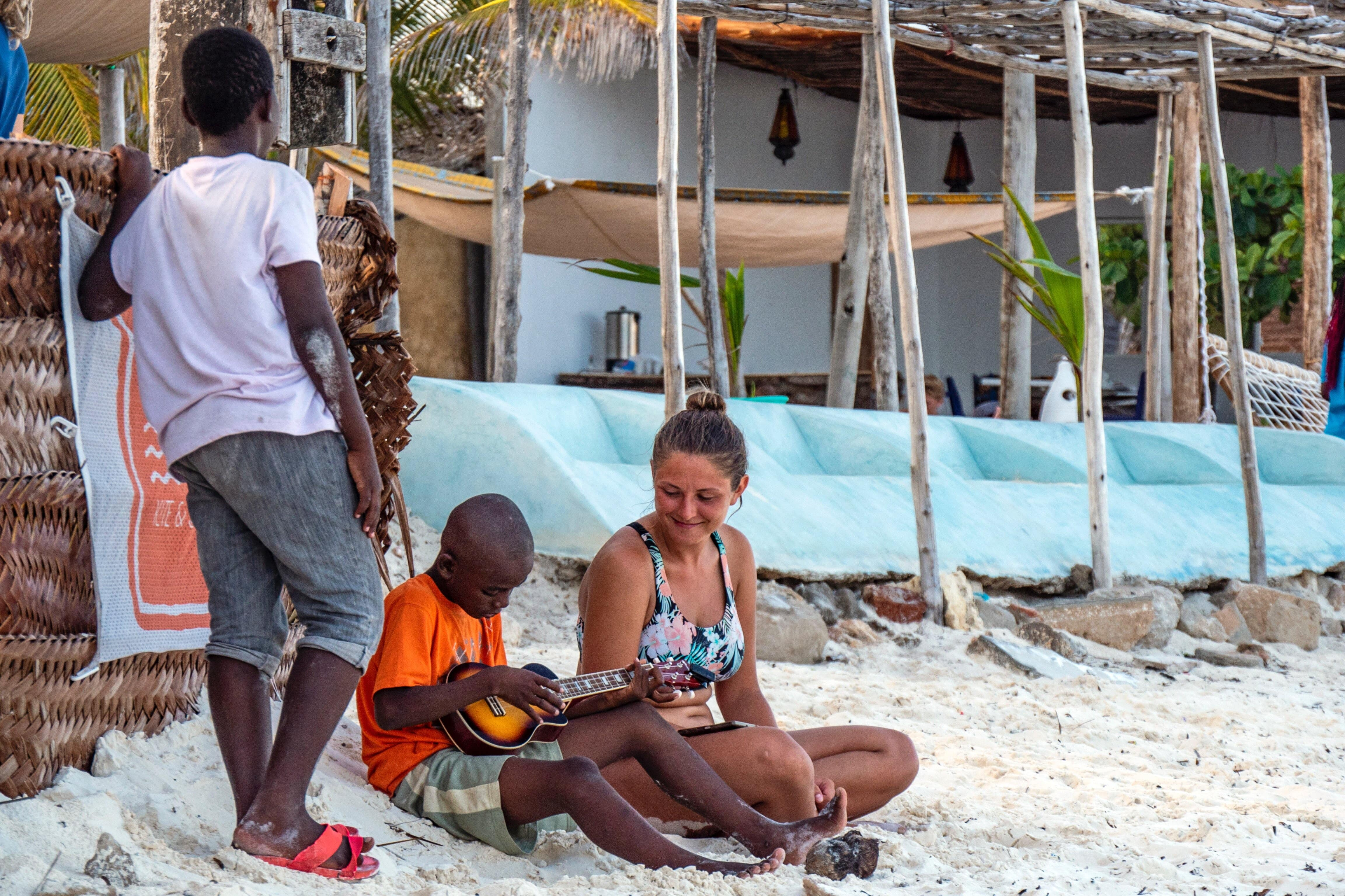 Na pláži s místními na Zanzibaru