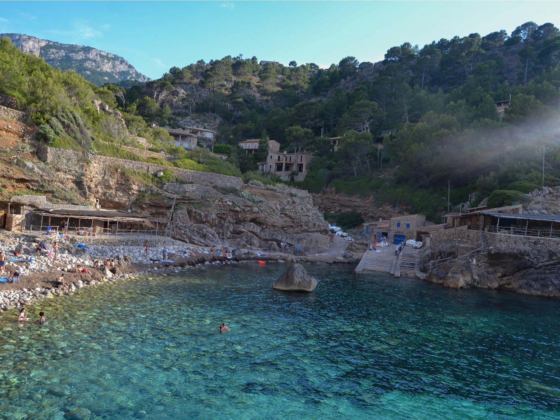 Krásný záliv Cala Deià na Mallorce