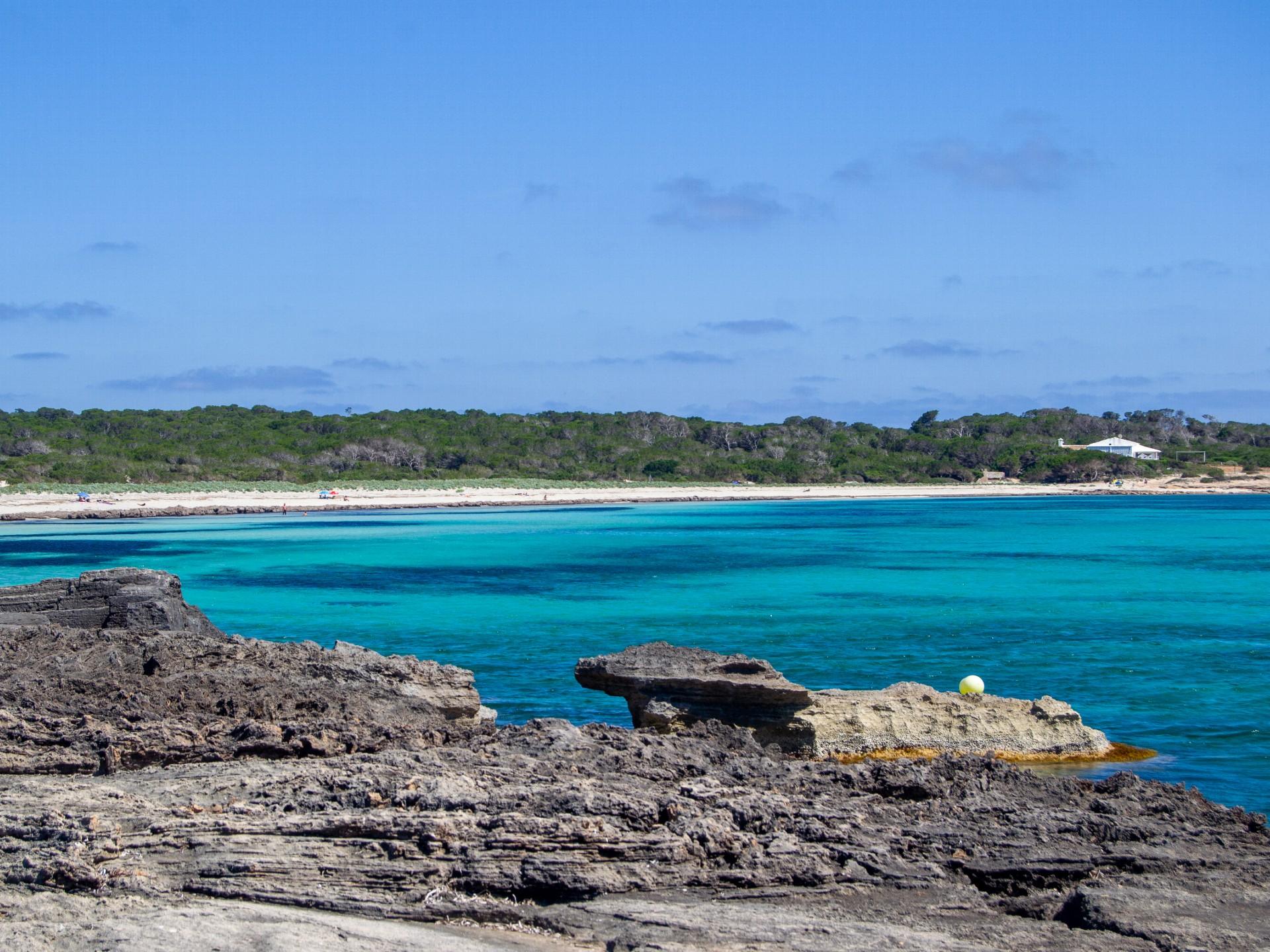 Krásná rajská pláž Es Caragol na Mallorce