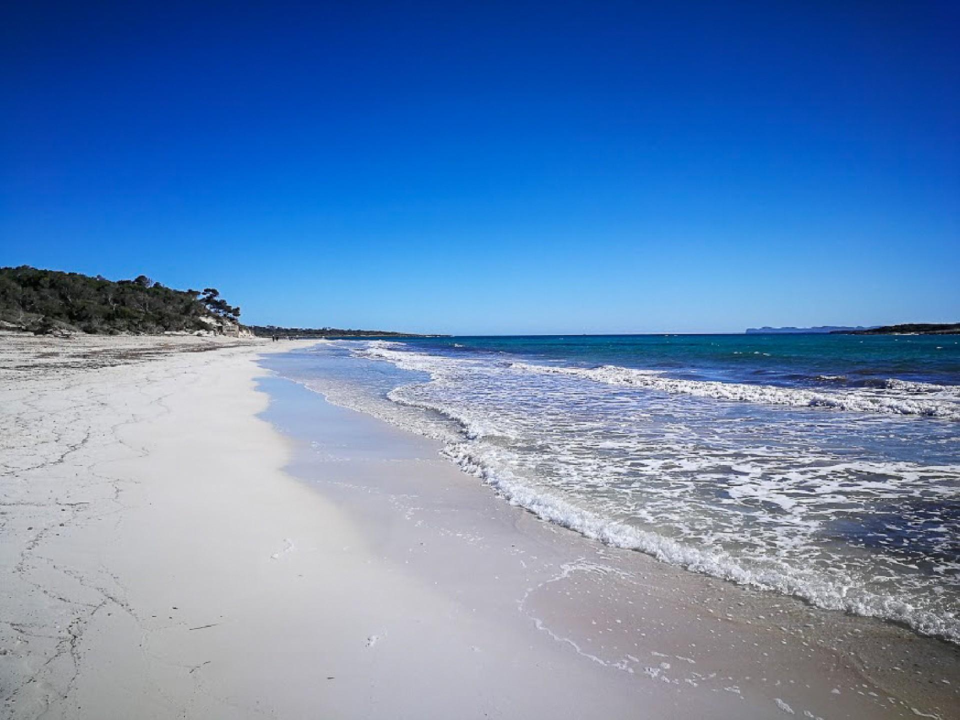 Krásná písečná pláž Es Carbó na Mallorce