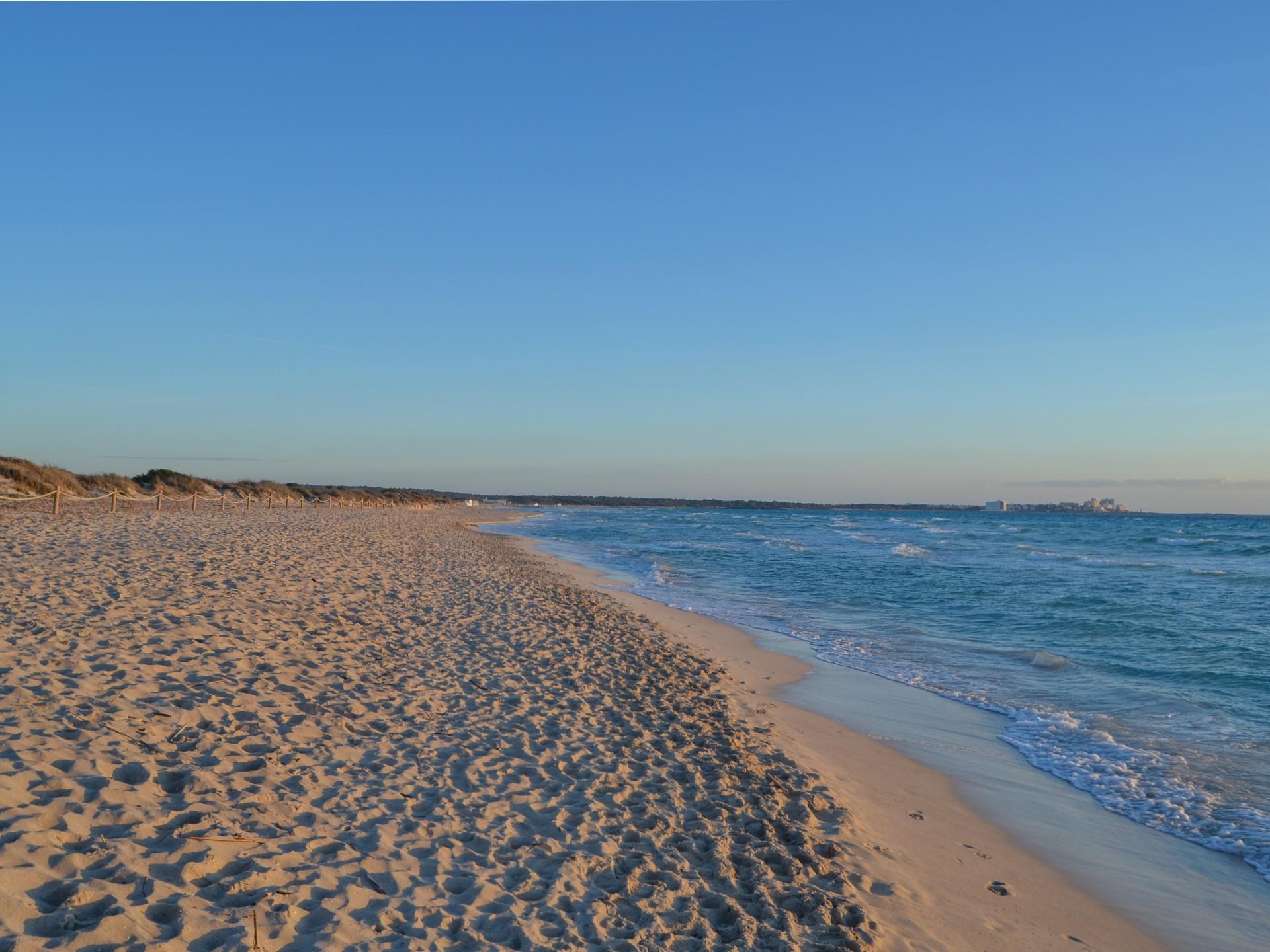 Nádherná písečná pláž Es Trenc na Mallorce