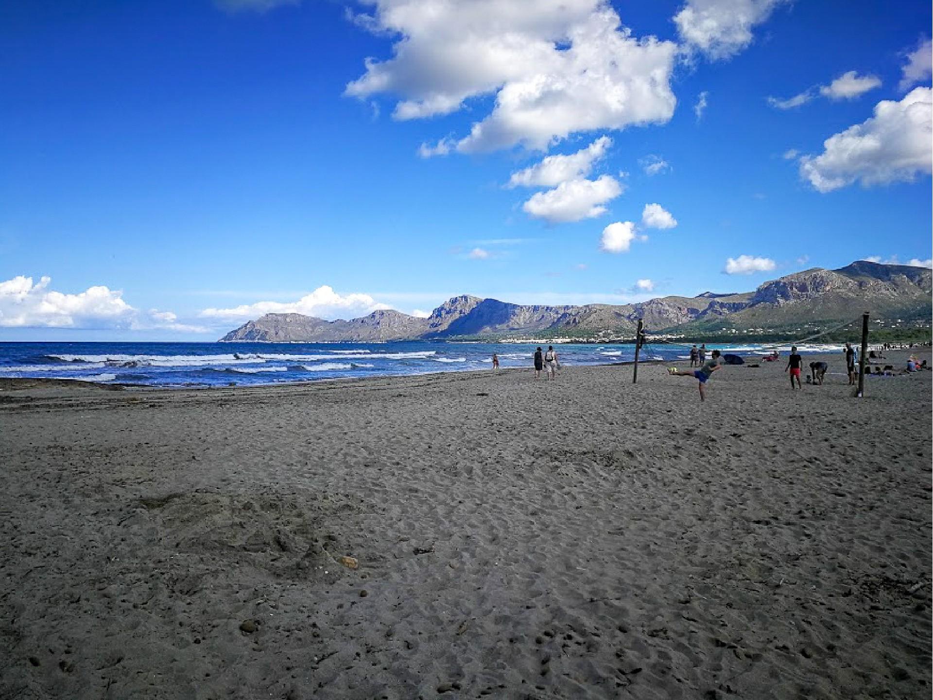 Surfařská písečná pláž na Mallorce Son Serra de Marina