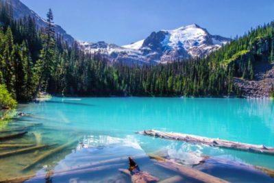 tyrkysové jezero v Kanadě