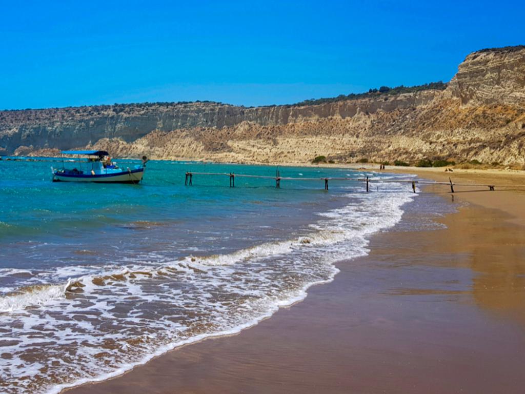 Krásná plaž Zapalo na Kypru a loď