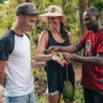 Přírodní náramek od místního při výletu na Zanzibaru