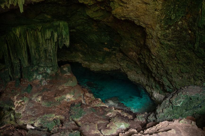 Sladkovodní jeskyně na jihu Zanzibaru.
