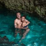Koupání v jeskyni Kuza Cave na Zanzibaru.