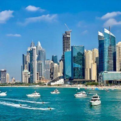 Moře a moderní budovy v Dubaji
